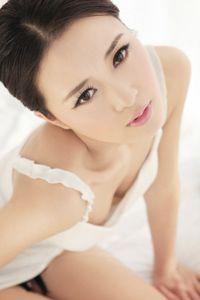 气质干净女孩白色裸妆
