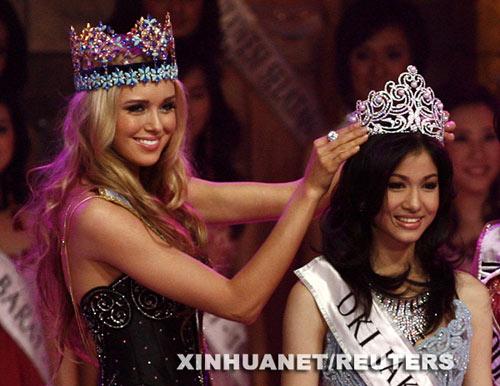 08年俄世界小姐苏希诺娃(左),为09年印尼世界小姐克伦尼娜戴上桂冠