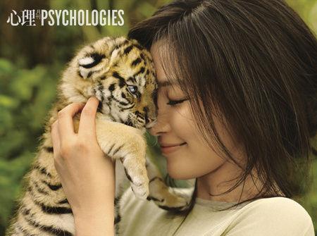 李冰冰与白虎幼崽亲密接触