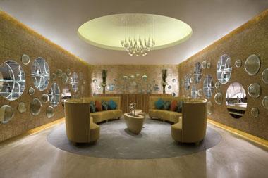 深圳万豪泉SPA大堂中圆形镜面和垂直的水晶灯住构造出ART DECO式的对称感