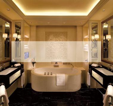 浴室中对称设计和几何线条显现出上海半岛酒店中的ART DECO风格细节