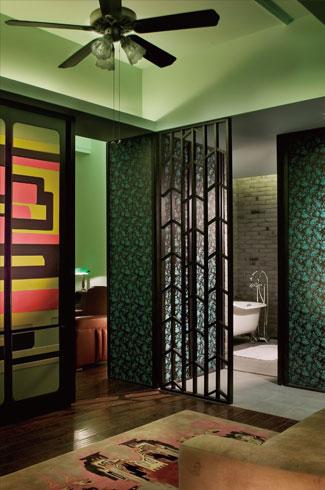 房间采用孔雀蓝的壁纹与孔雀石绿的墙面