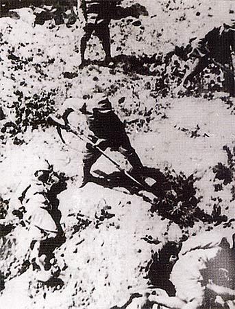 图文:日军将反缚之被俘士兵和难民集体刺杀