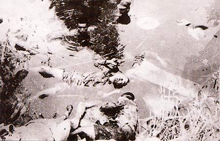 图文:日军集体枪杀的市民尸体被推入塘内