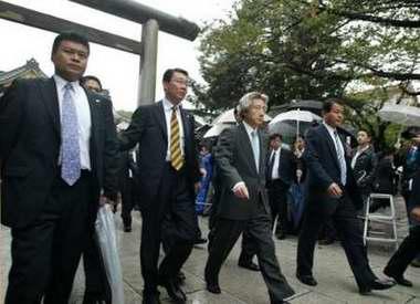 日本首相小泉再次参拜靖国神社(组图)