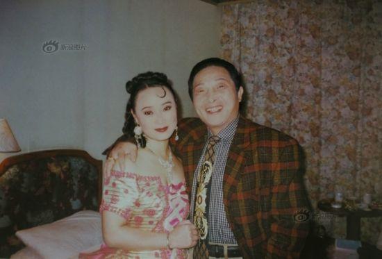 图说:中国青年十佳歌手魏月荣小姐与大师合影。