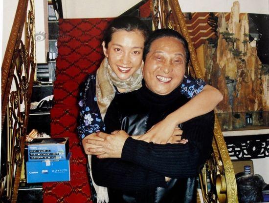 原图说:著名影视明星李冰冰小姐特意赶到大师家中拜王林大师为干爹。