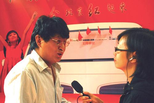 启动仪式上新浪网总编辑陈彤接受采访