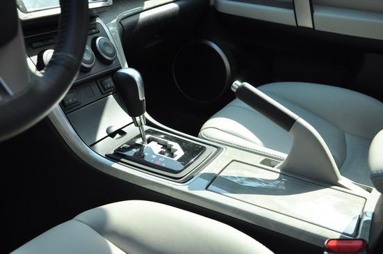 正副驾驶席中间的设计简洁大方