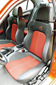 """座椅采用了与车身同色的双色运动设计,硕大的""""V3""""标志颇为抢眼"""