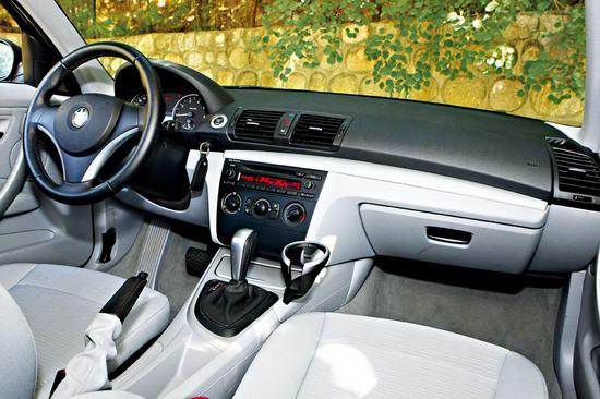 虽然120i车内沿袭宝马的惯用风格,但简单的配置却让你体会不到豪华