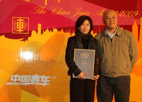 十佳车型-奥迪A4L,领奖嘉宾-一汽奥迪销售事业部公关总监卢敏捷女士,颁奖嘉宾-新华社著名记者李安定向先生。