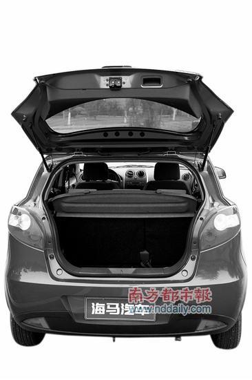 掀背式后尾厢提供了放取物件的便利。