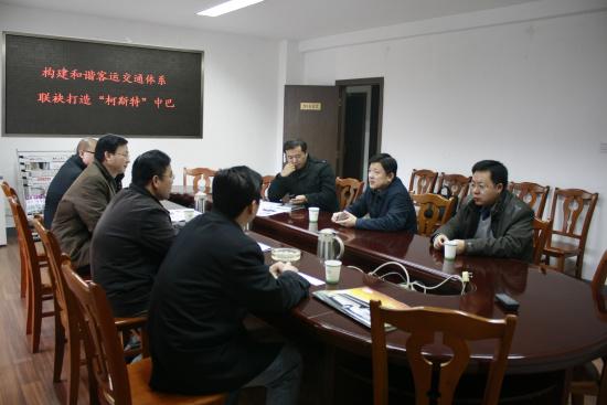 亚星客车魏洁董事(右二)仔细聆听南维柯徐启仁总经理对渠道支持方案的介绍