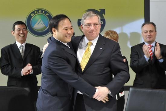 3月28日,在瑞典第二大城市哥德堡的沃尔沃公司总部,中国吉利汽车集团董事长李书福(前左)与美国福特汽车公司首席财务官莱维斯-布思(前右)在签约后握手。新华社记者武巍摄