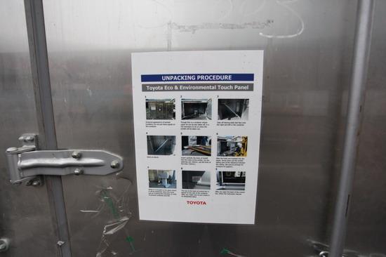丰田的展品集装箱外面均贴了详细的装箱和拆箱图文说明,日本人的严谨认真值得学习