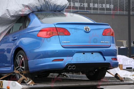 车尾安装有压风板和红线装饰,单侧双出的尾排