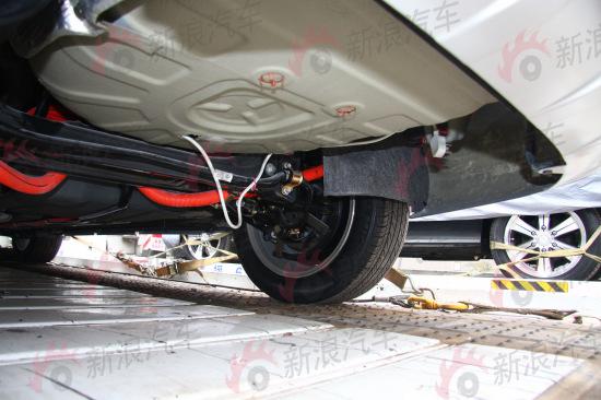 该车的电池应该位于尾舱,底部可看到电缆和三项插头