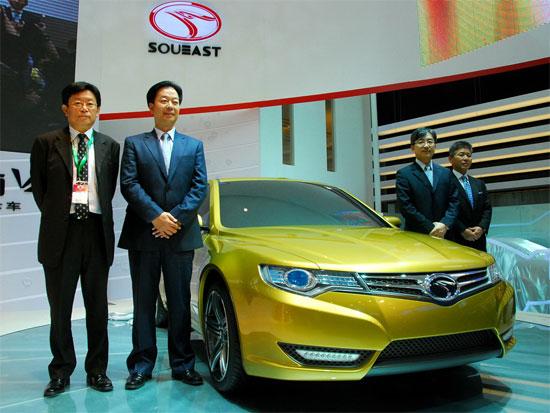 左起罗德润副总经理、简清隆总经理、廉小强董 事长、田边尚裕副总经理