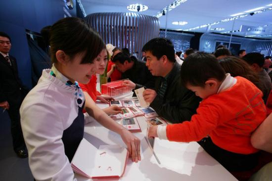 家长带孩子投下明信片,希望他在成长中也能一直关注乡村的小伙伴,和他们成为好朋友。