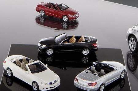 各种颜色的模型车相映成趣