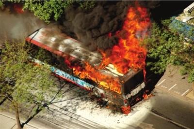 昨天,一辆638路公交车突然爆燃
