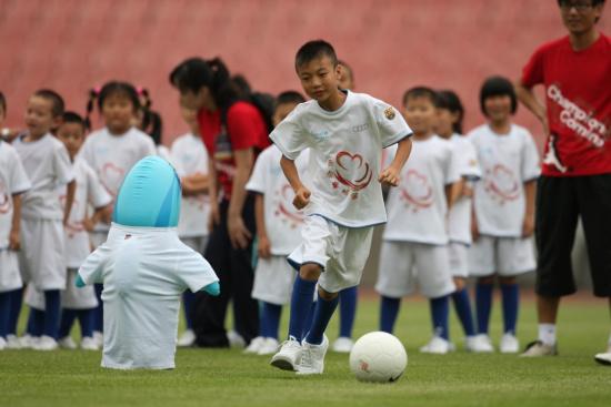 """来自地震灾区的""""奥迪童梦圆""""儿童在球场上找到了快乐"""