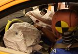 安全气囊打开保护人的头部