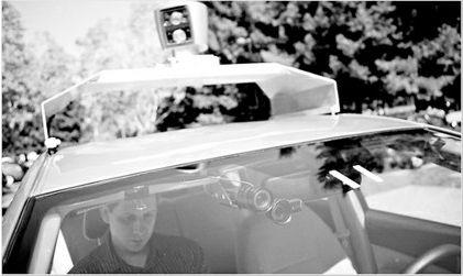 图为谷歌工程师在测试无人驾驶汽车