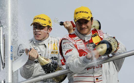 霍根海姆站决赛颁 奖仪式上获得冠军的保罗・迪・ 雷 斯塔(左)和亚军蒂姆・谢德(右 )开心地喷 洒胜利的香槟