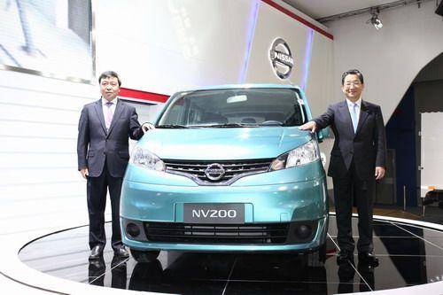 志贺副总裁和郭振甫总经理在NV200前的合影
