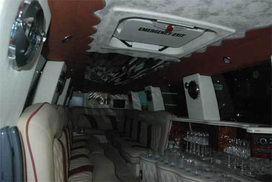后排空间配备高档音响、吧台、紧急出口、电话