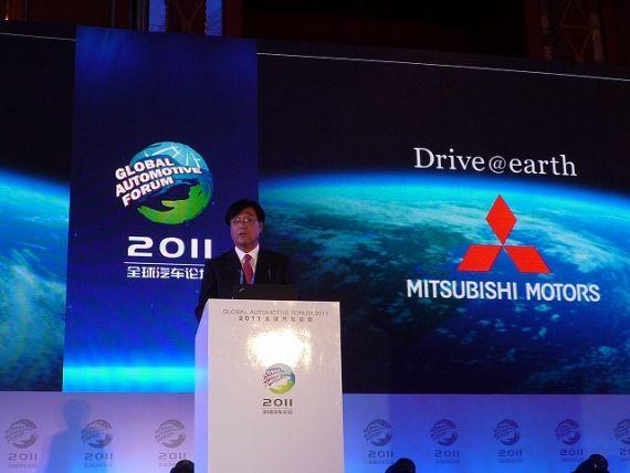 三菱汽车益子修社长在成都举办的2011全球汽车论坛上发表主题演讲