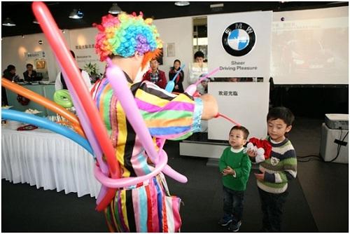 小丑为孩子们制作气球玩具