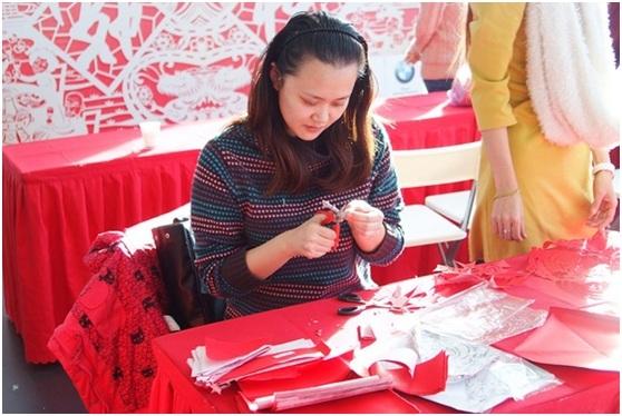 满场中国红,年味十足