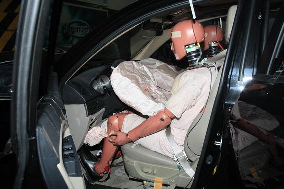 假人坐姿保持良好,膝部气囊对膝盖和小腿保护全面,A柱略有变形