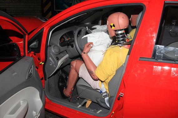 假人膝盖与内饰板接触,坐姿略有扭曲