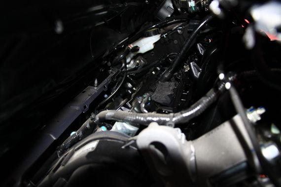 发动机明显下沉,保证驾驶舱的安全性