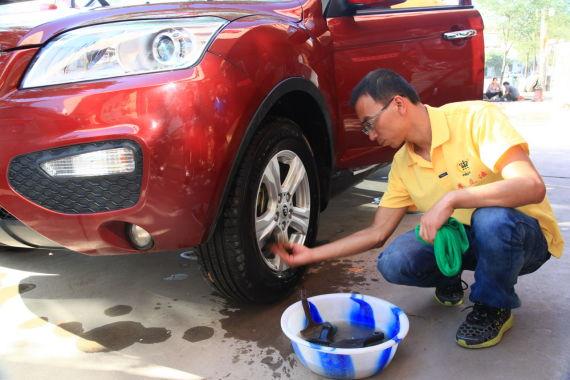 县城里的洗车店无微不至的服务