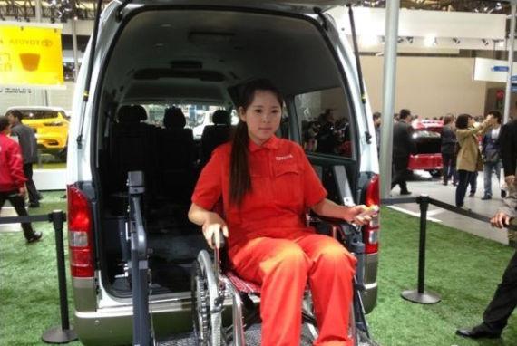 丰田展台上的福祉车,为老年人和残障的人士乘车带来了便利