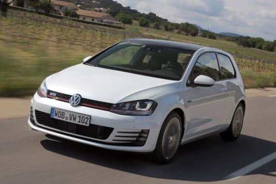 曾于今年日内瓦车展发布的全新第七大大众高尔夫(VW Golf)GTI一度让全球喜悦传承经典的车迷们狂热追捧,同时也让全球再次掀起一阵性能款掀背车型的热潮。据悉目前欧洲市场上的大众高尔夫(VW Golf)GTI已经早在今年3月初就开始接受预定,预计将会于5月份上市。这使得有关第七代大众高尔夫GTI的报道一直绵延。日前,大众公司再次宣布一项有关高尔夫(Golf)车型的延伸升级计划,表示尽快将会为高尔夫GTI版本提供碳纤维车顶,以此来作为高尔夫(Golf)GTI车型的选配套件。 7代高尔夫将推碳纤维车顶车型