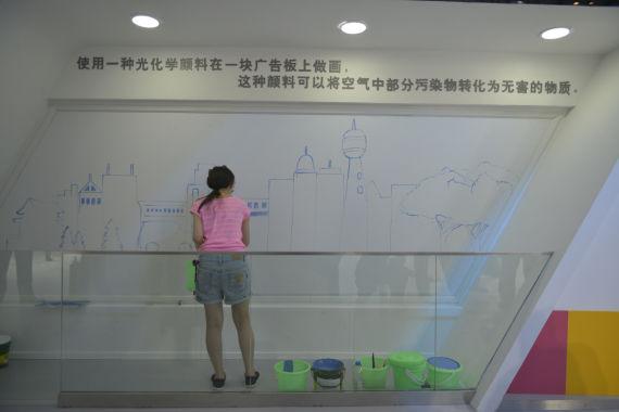 一汽-大众邀请画家用能够吸收有害气体的光触媒颜料现场作画,传递环保理念