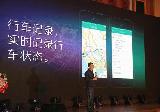 元征科技总裁刘正之现场对产品进行介绍