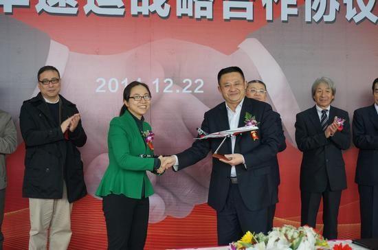顺丰速运综合本部总裁陈雪颖与庆铃集团董事长杜卫东互赠纪念品
