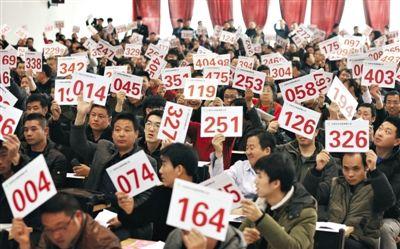 昨日下午,公车拍卖第三场在北京旧车市场花乡拍卖厅举行,竞买人热情不减。新京报记者 尹亚飞 摄