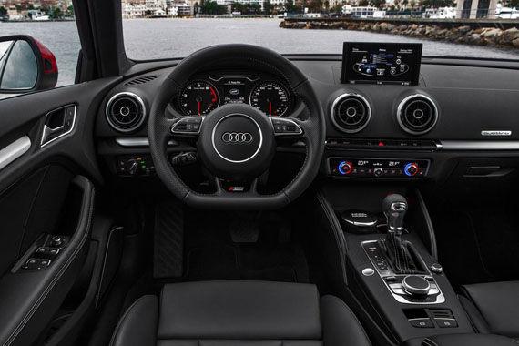 内饰方面,全新奥迪A3 45 TFSI车型全系标配运动座椅、带换挡拨片的三幅运动型方向盘.