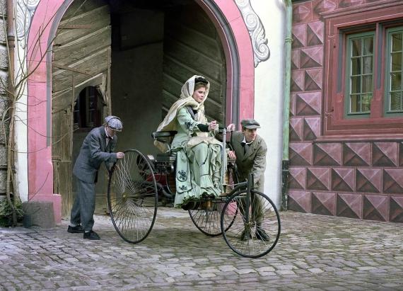 1888年贝莎吠��夫人完成人类首次长途汽车驾驶