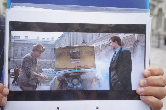 在俄罗斯的场景中剧组用一台破车挡住了建筑上的英文