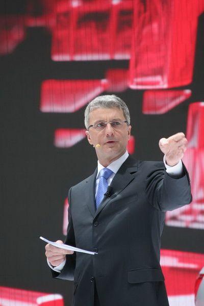 奥迪董事会主席施泰德先生在发布会上解说参展车型