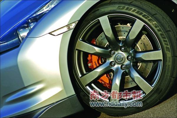 搭载直径达20英寸的跑车轮毂。